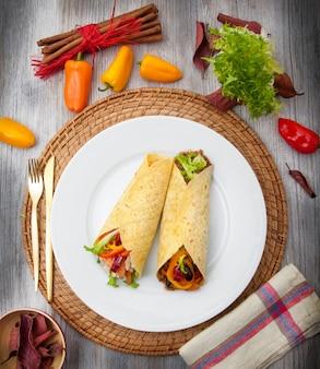 Burritos mexicanos em prato branco