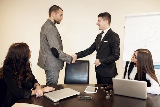 Busines de escritório de negócios de grupo jovem