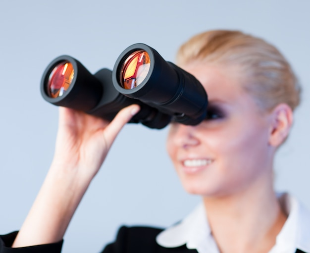 Busines mulher olhando através de binóculos