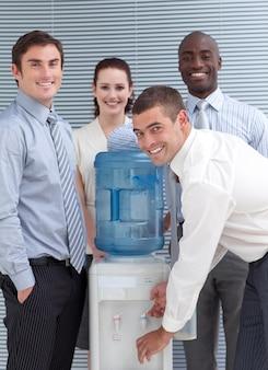 Busines pessoas em volta do aquecedor de água