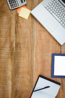 Business desk com laptop e tablet
