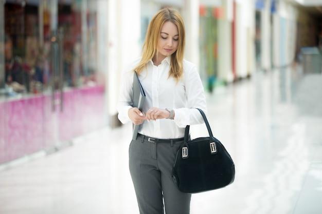 Business girl olhando relógio