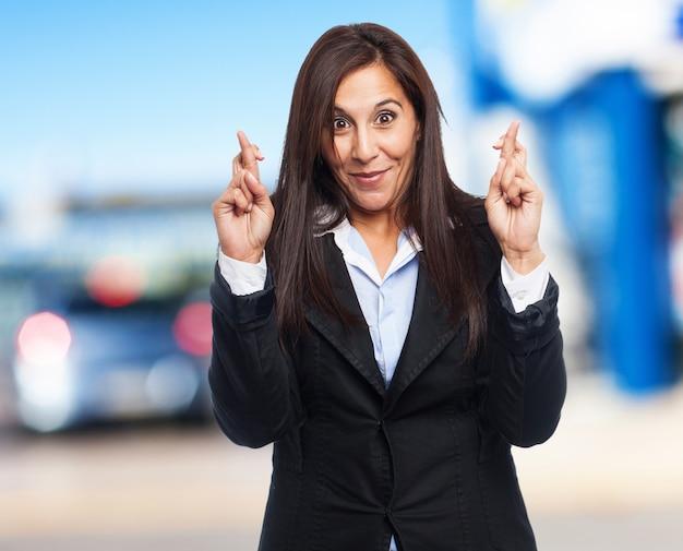 Business-mulher fria dedos cruzados