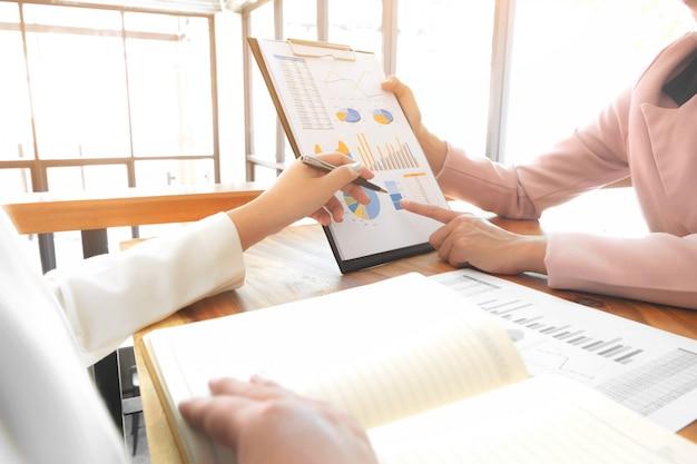 Business people meeting partnership discute o desempenho das vendas