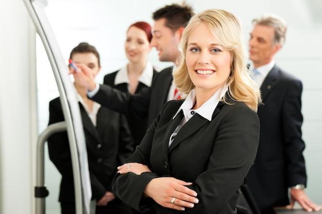 Business - reunião de equipe no escritório