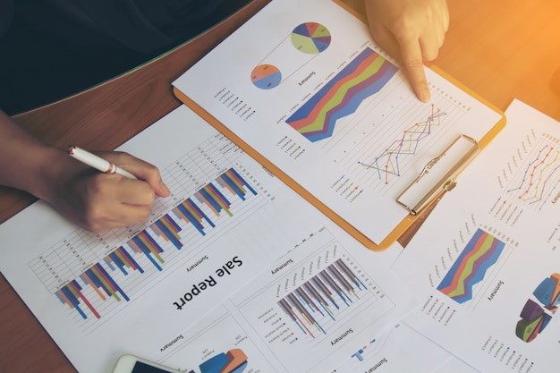 Business woman cheque relatório de negócios.
