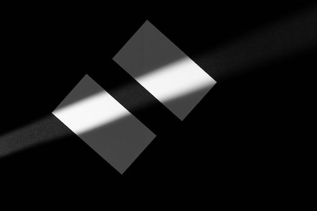 Businesscards em branco sobre fundo preto. foto criativa com sombras
