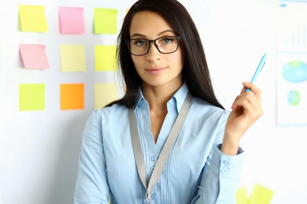 Businesslady segurando a caneta