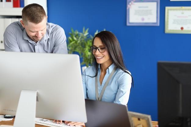 Businesslady usando o computador