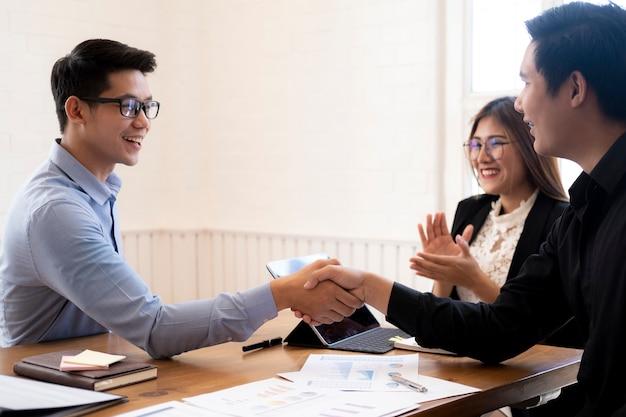 Businessmans aperto de mão depois de um bom negócio.