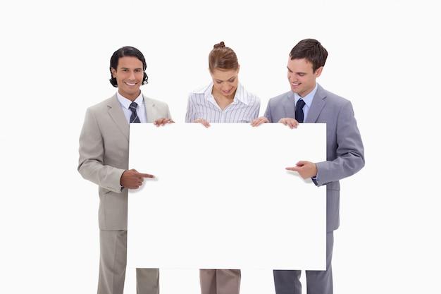 Businessteam apontando para o sinal em branco nas mãos