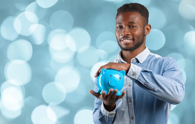 Businness homem negro com cofrinho. conceito de economia de dinheiro