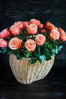 Busket com rosas frescas