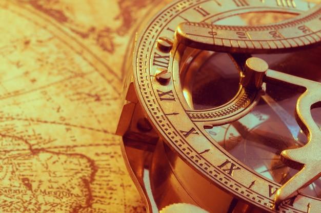 Bússola antiga sobre o mapa antigo
