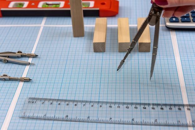 Bússola com régua em papel milimetrado close-up