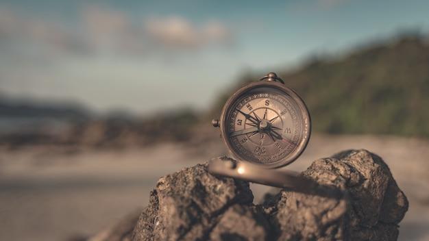 Bússola com tampa de tampa na pedra do mar