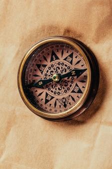 Bússola de bronze antigo sobre papel velho