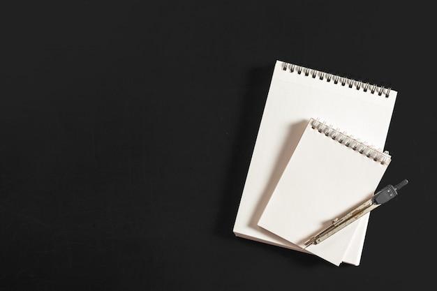 Bússola de engenharia com papel branco
