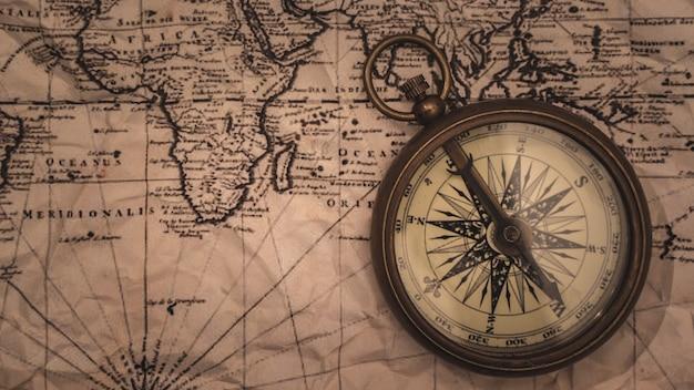 Bússola de latão náutica no mapa