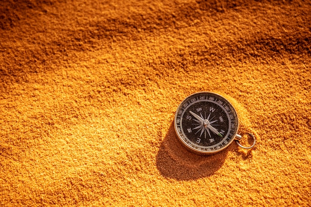 Bússola de metal na areia