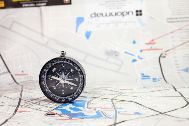 Bússola de navegação ao lado do mapa