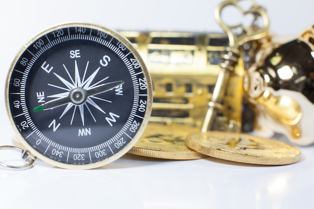 Bússola de ouro orientando o investimento empresarial