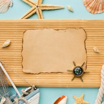Bússola de vista superior com estrela do mar em cima da mesa