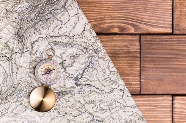 Bússola de vista superior no topo do mapa do mundo com espaço de cópia