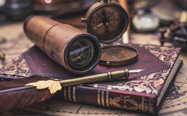 Bússola e coleção antiga no livro