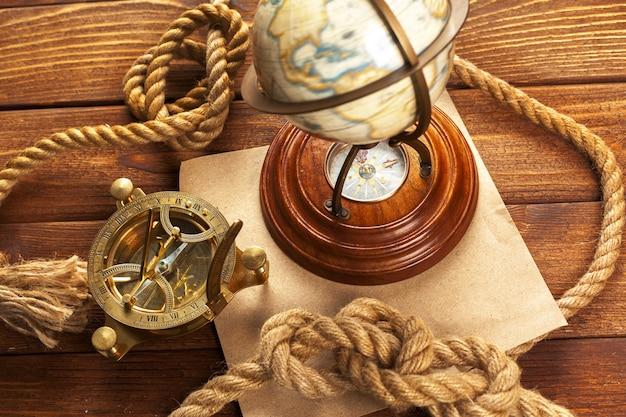 Bússola e corda na mesa de madeira. fechar-se