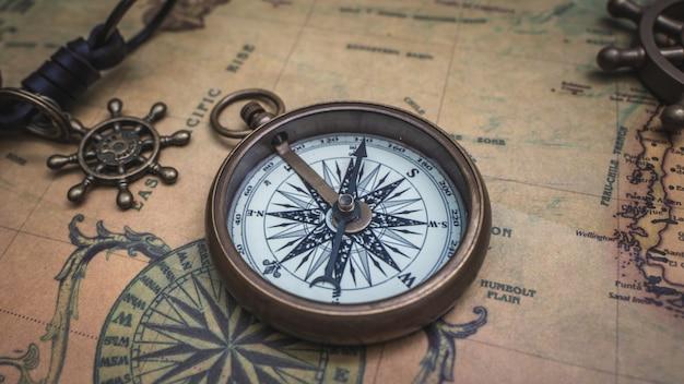 Bússola e mapa antigo