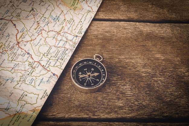 Bússola e mapa na mesa de madeira