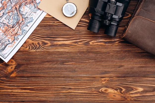 Bússola em fundo de madeira