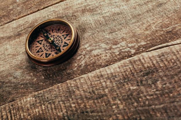 Bússola em um deck de madeira