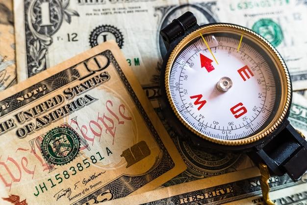 Bússola indicando problemas econômicos antes de uma crise do dólar.