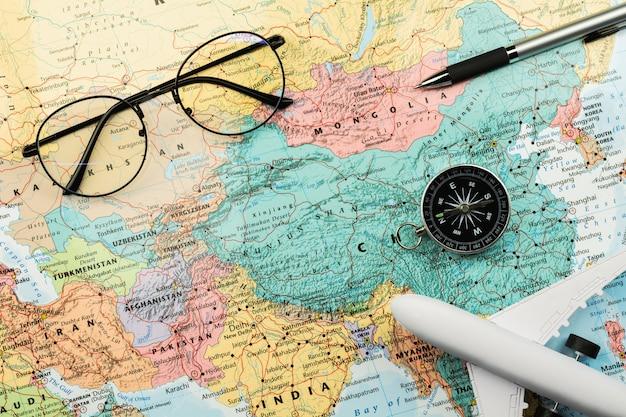 Bússola magnética e estacionária no mapa.