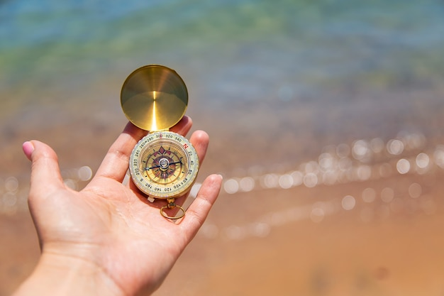 Bússola na mão contra o mar