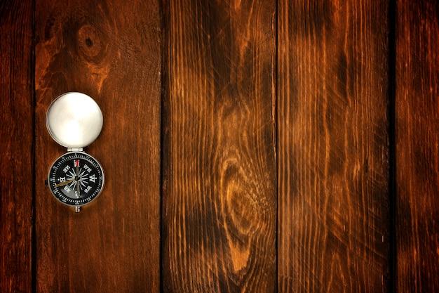 Bússola no fundo da mesa de madeira marrom