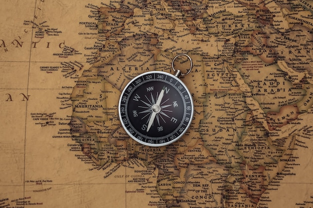 Bússola no mapa antigo. conceito de viagens