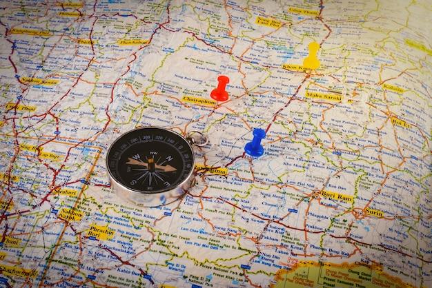 Bússola no mapa com pino colorido