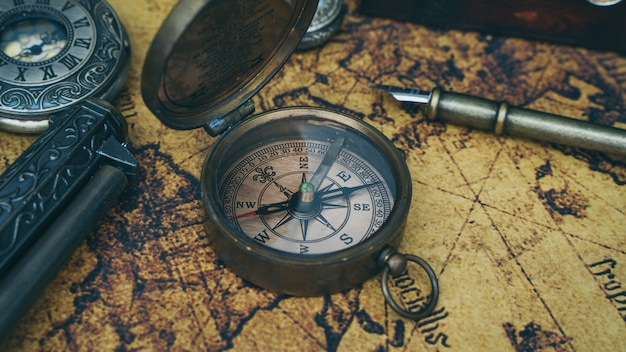 Bússola no mapa do velho mundo