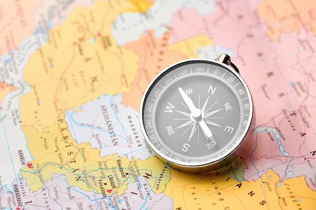 Bússola no mapa turístico
