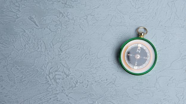 Bússola redonda clássica em fundo cinza como símbolo do turismo com bússola, viagens com bússola e atividades ao ar livre com bússola
