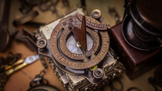 Bússola relógio de sol antigo