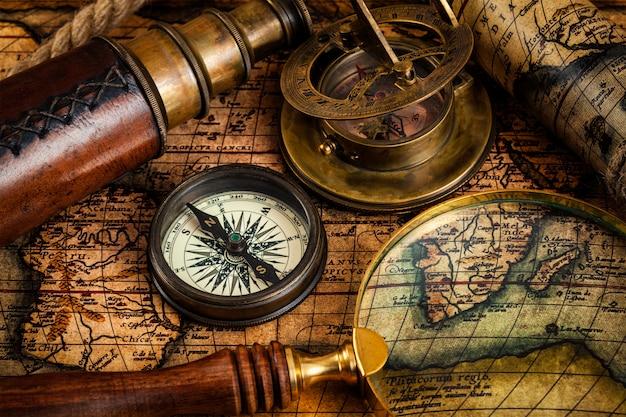 Bússola vintage antiga e instrumentos de viagem no mapa antigo