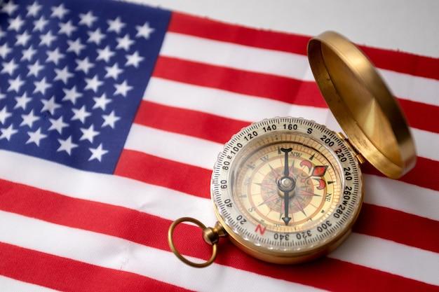 Bússola vintage na bandeira dos eua. bandeira americana e bússola