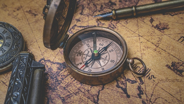 Bússola vintage no mapa do velho mundo