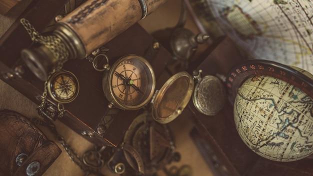 Bússola vintage, pingente de relógio e telescópio