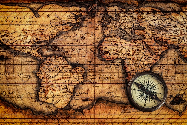 Bússola vintage velha no mapa antigo