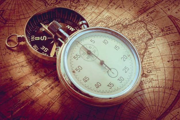 Bússola vintage velho e instrumentos de viagem no mapa antigo
